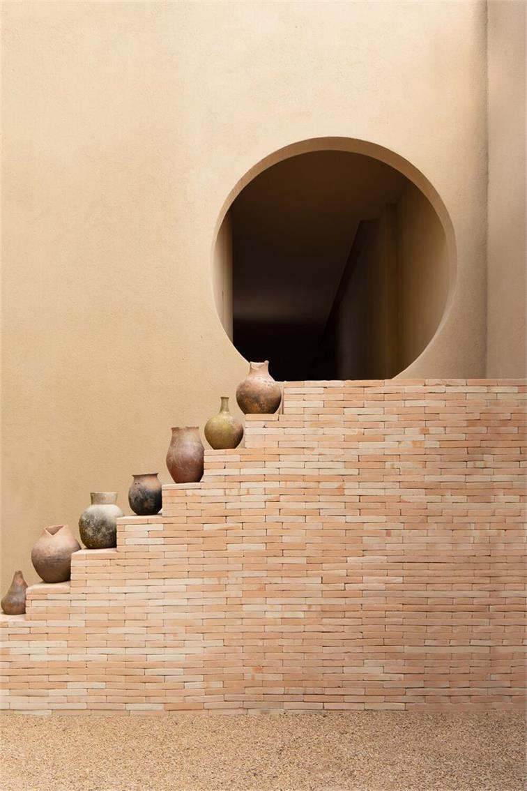 瑜伽馆楼梯和圆形拱门的场景特写