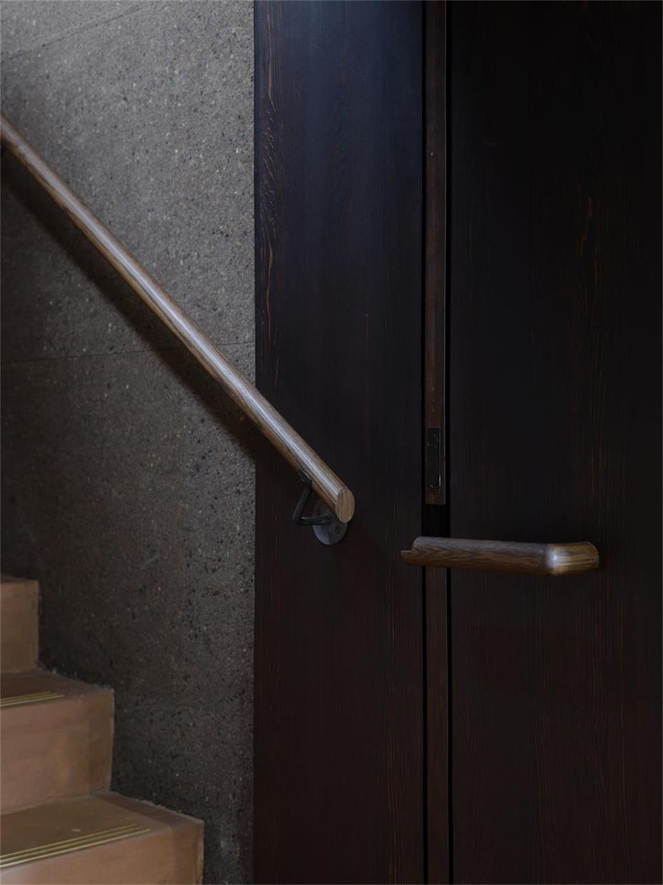 酒吧楼梯扶手设计和门拉手设计的结合