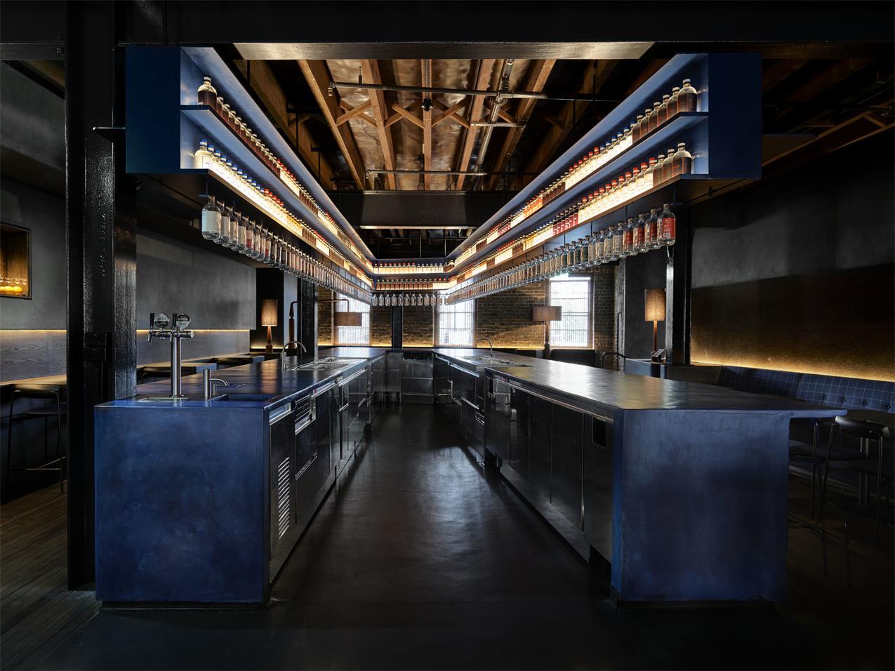 二楼酒吧U形吧台设计