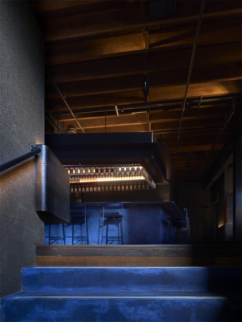 二楼楼梯口望向酒吧