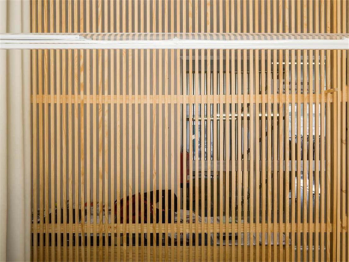 洗衣店木制格栅隔断设计