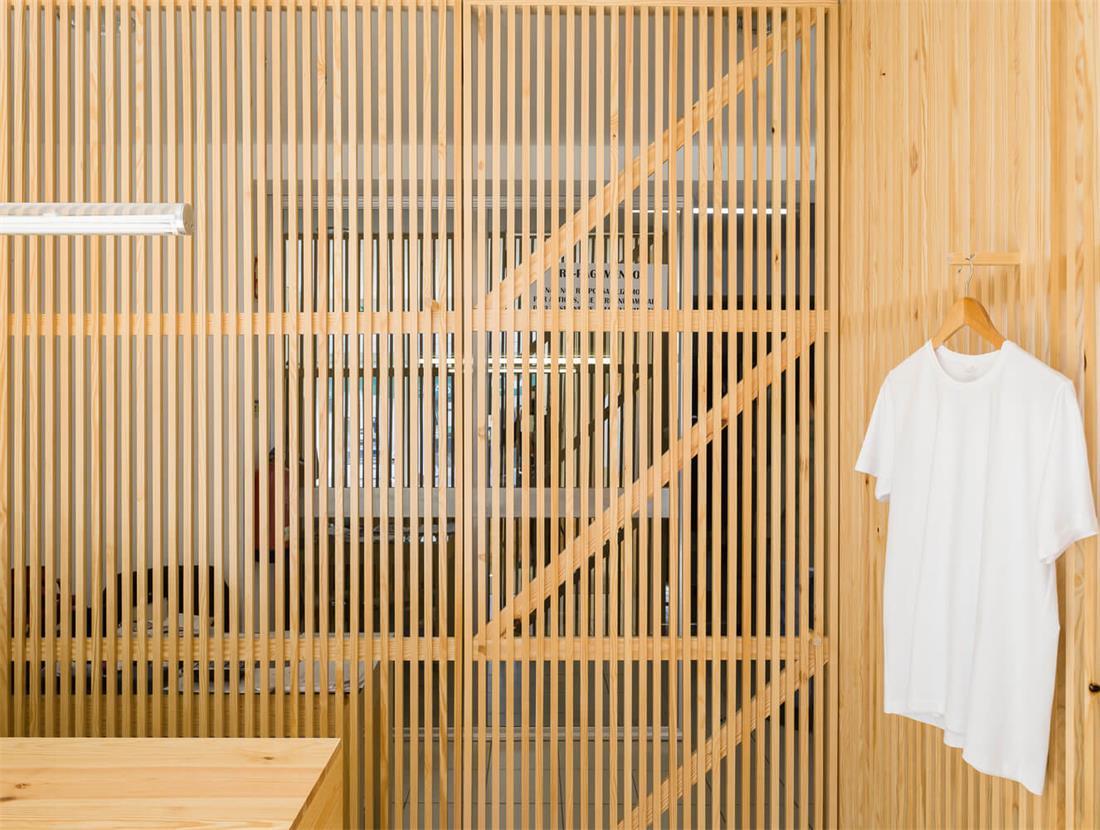 洗衣店木制格栅门设计