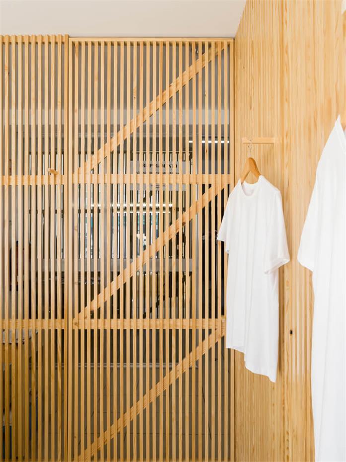 洗衣店木制格栅门设计近景