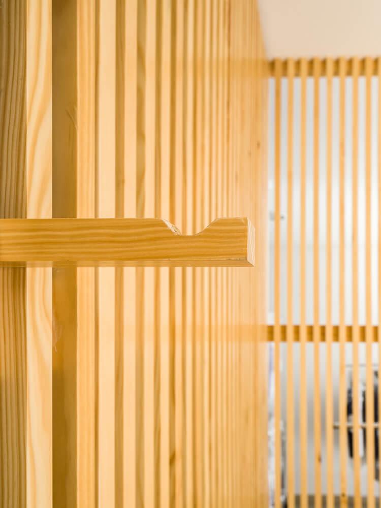 洗衣店挂衣杆和格栅隔断结合的设计