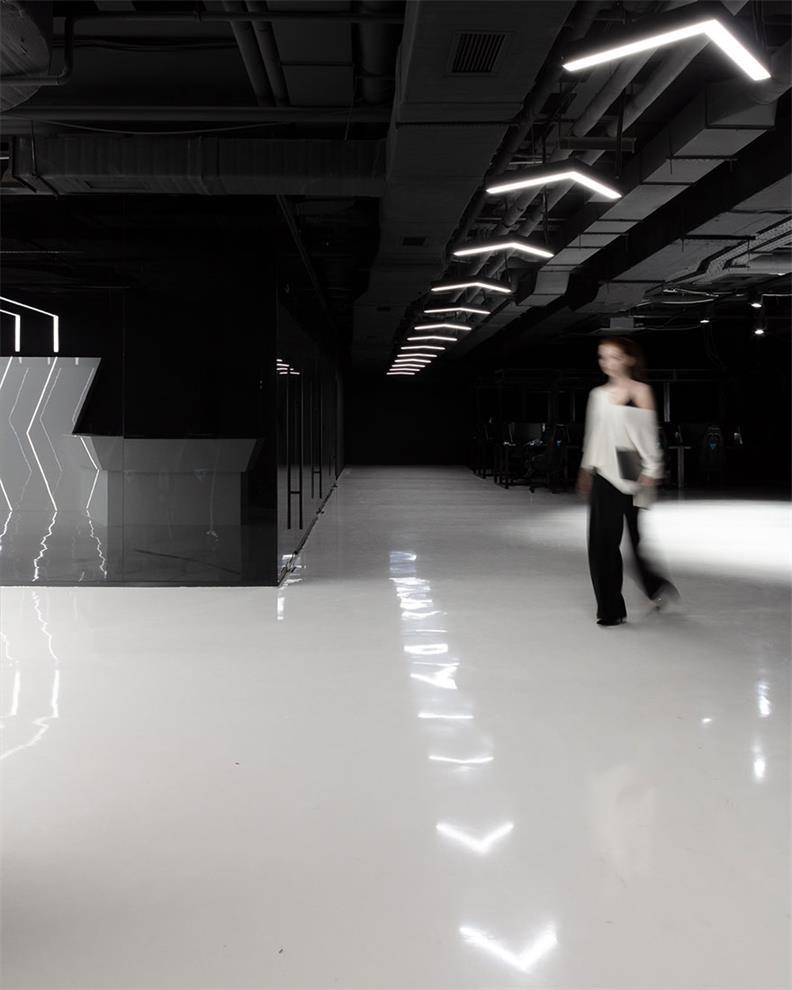 网吧过道天花线条灯设计