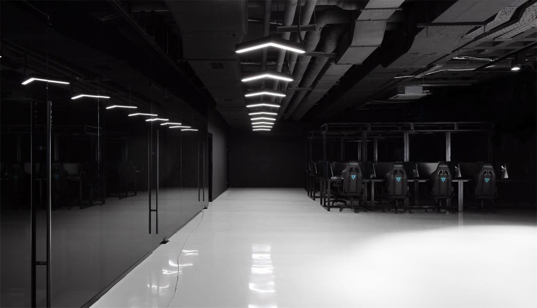 网吧过道及黑色玻璃隔断设计