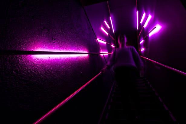 酒吧楼梯灯光氛围设计