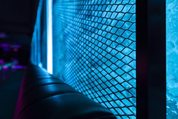 酒吧卡座区域钢丝网造型细节