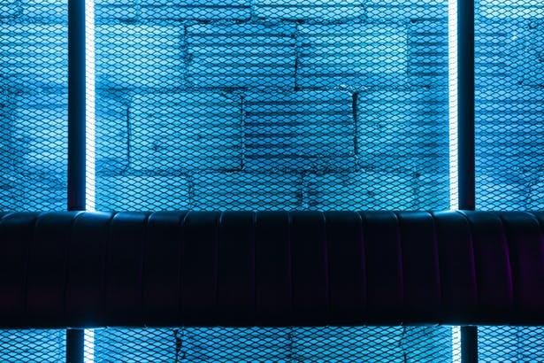 酒吧卡座区域钢丝网造型与灯光结合设计