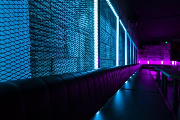 半包围式酒吧卡座区域设计顾客互动氛围