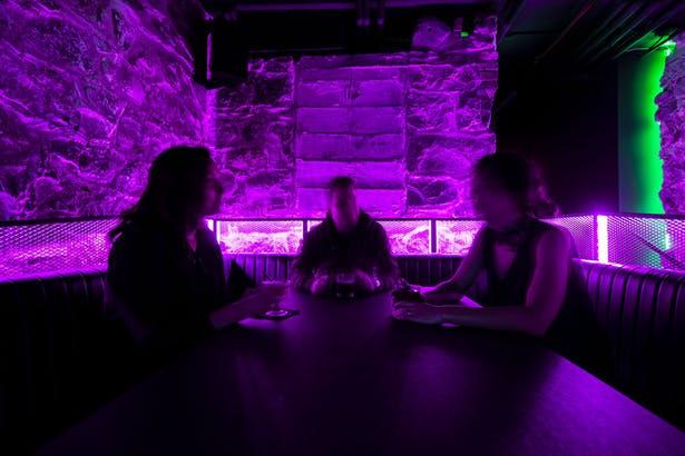 酒吧吧台区域和卡座区域互动氛围