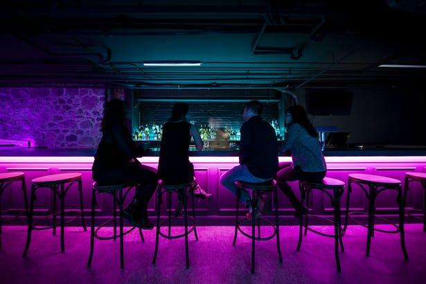 酒吧操作台区域互动氛围