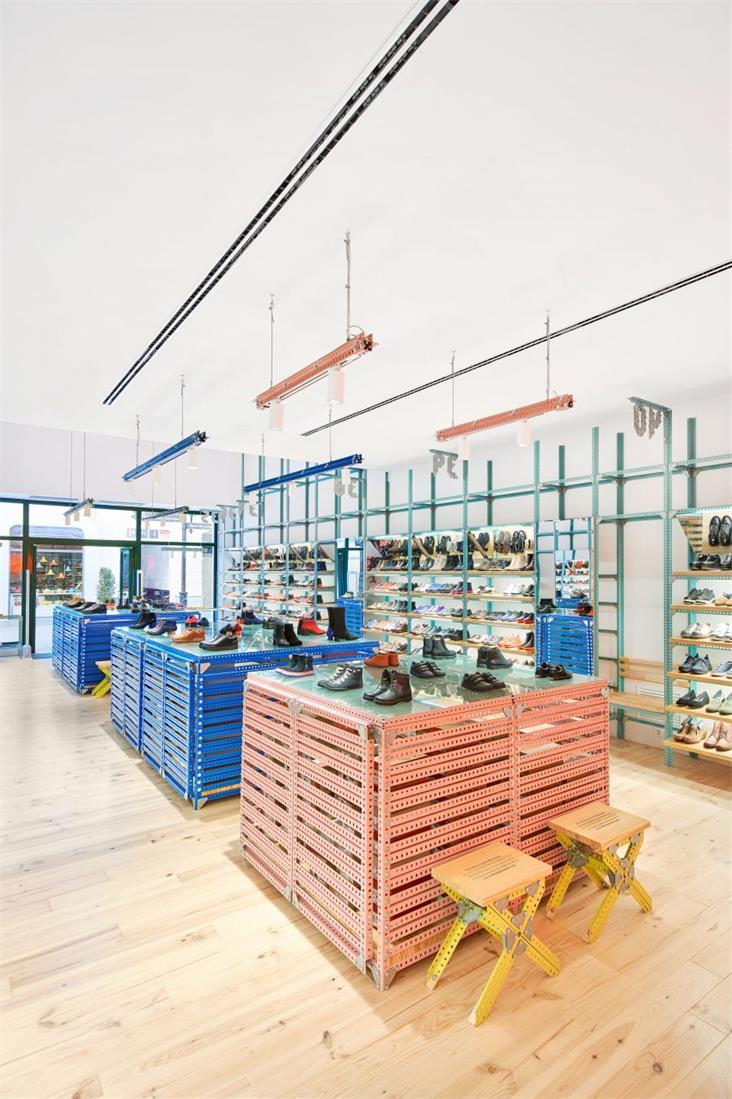 鞋店中央展示区域全景