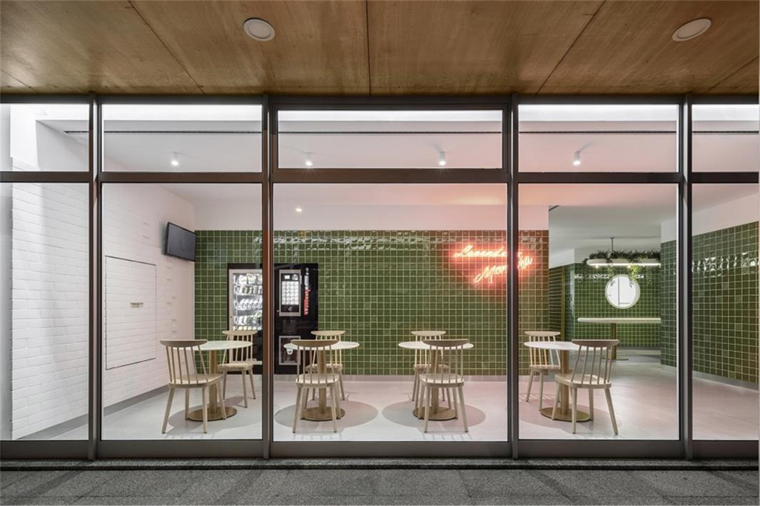 从室外通过玻璃隔断看洗衣店内部设计 width=