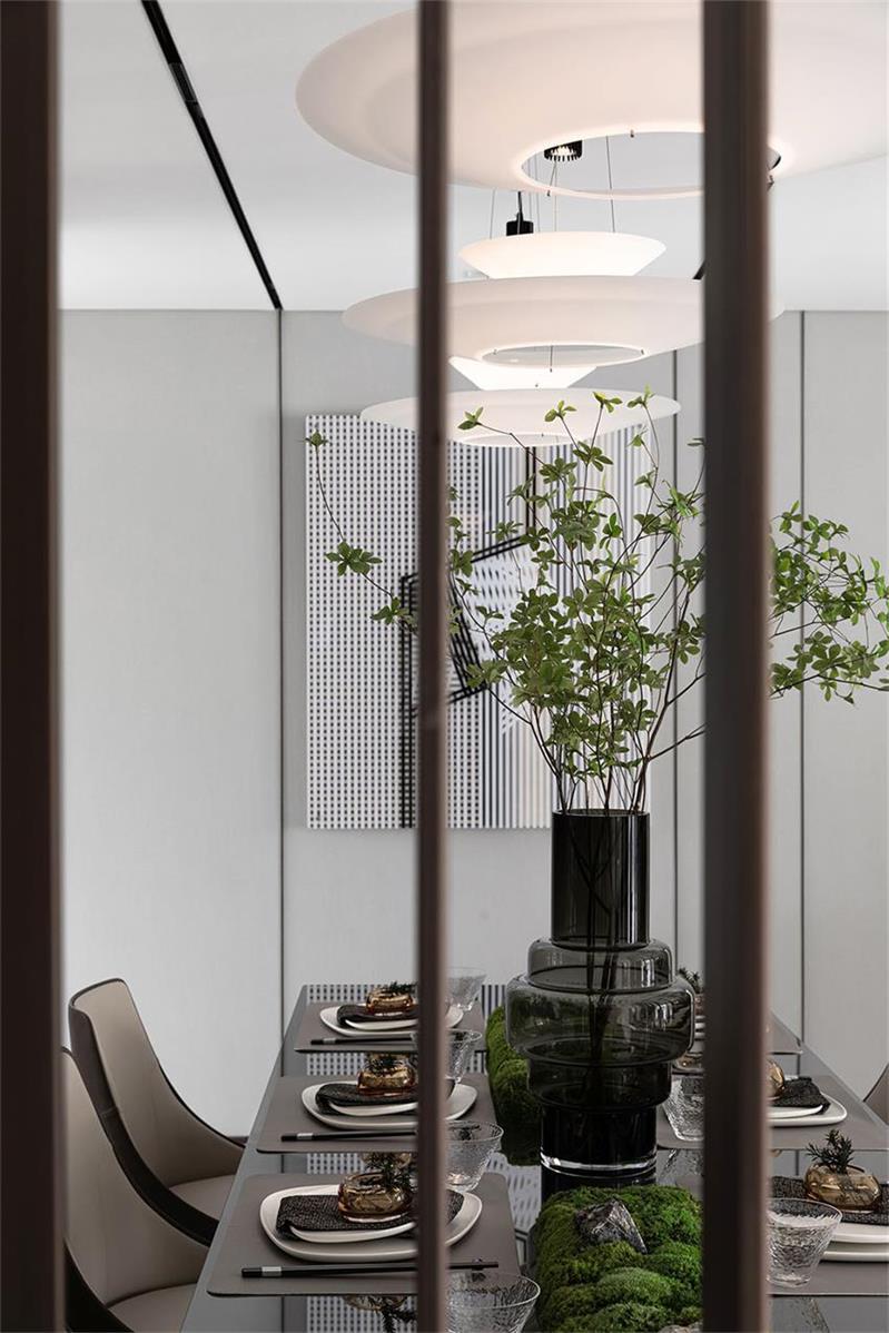 样板房设计从隔断望向餐桌区域