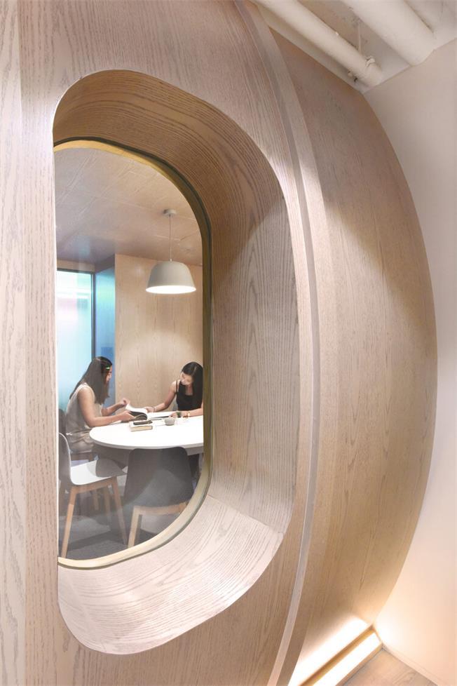 通过炫窗设计窥视会议室的场景