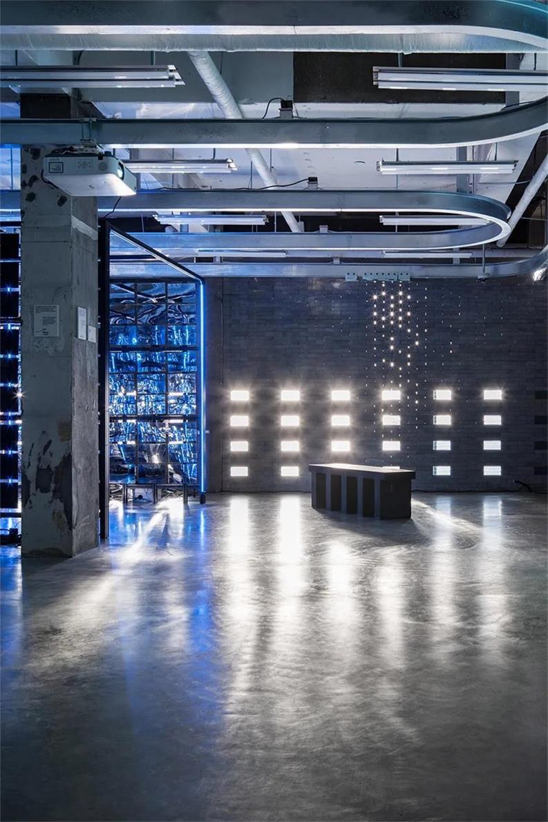 户外品牌店墙面与阳光的互动设计