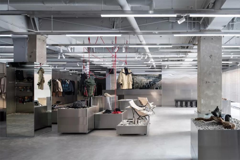 户外品牌店一层展示区设计