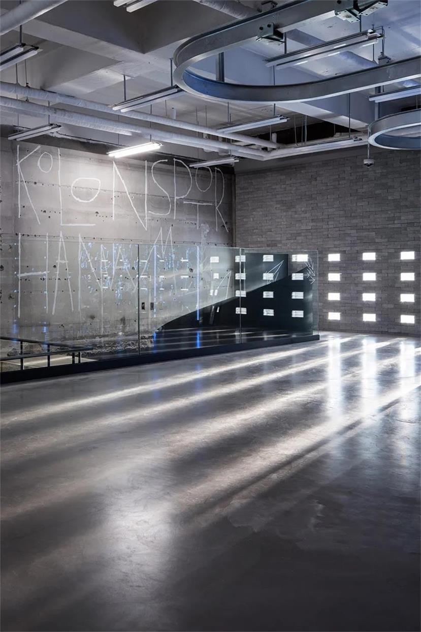 户外品牌店二层楼梯口设计