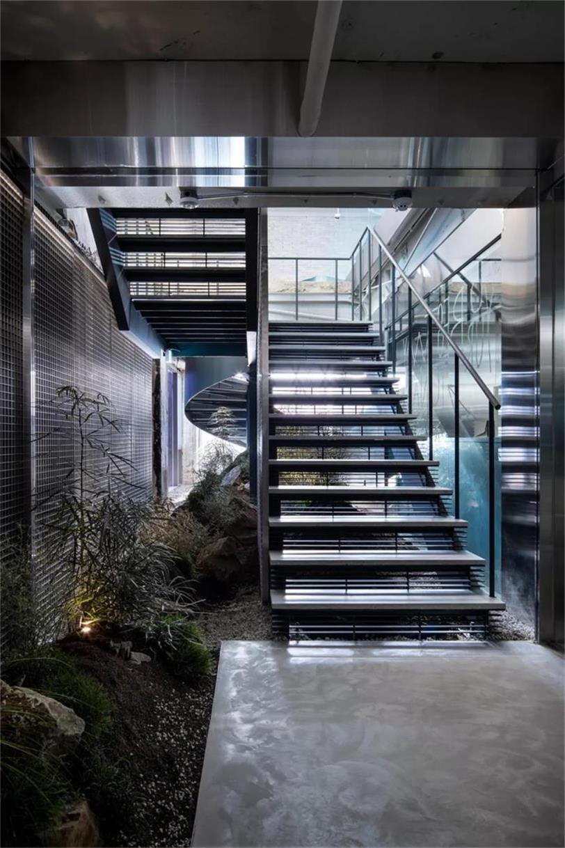 户外品牌店楼梯设计