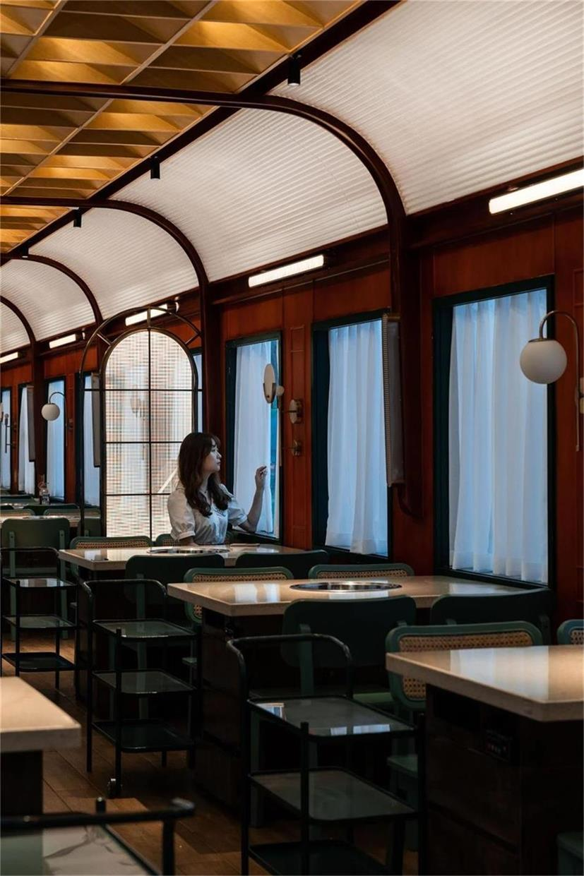 火锅店模仿火车车厢内的就餐环境