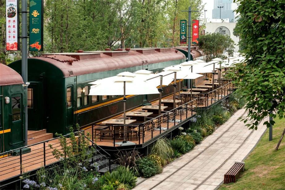 火锅店环境优美的户外用餐区