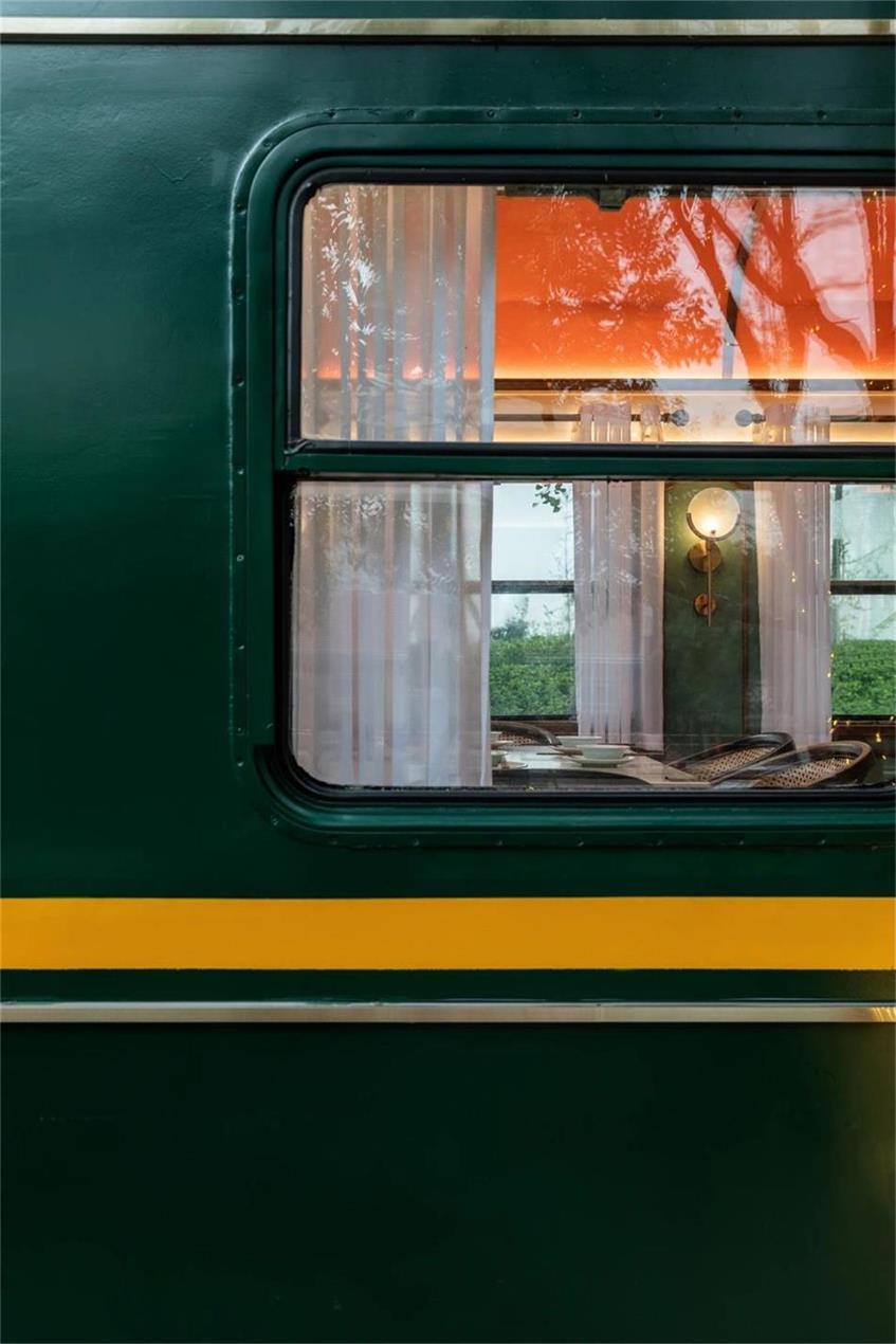 火锅店模仿火车车厢的窗户设计