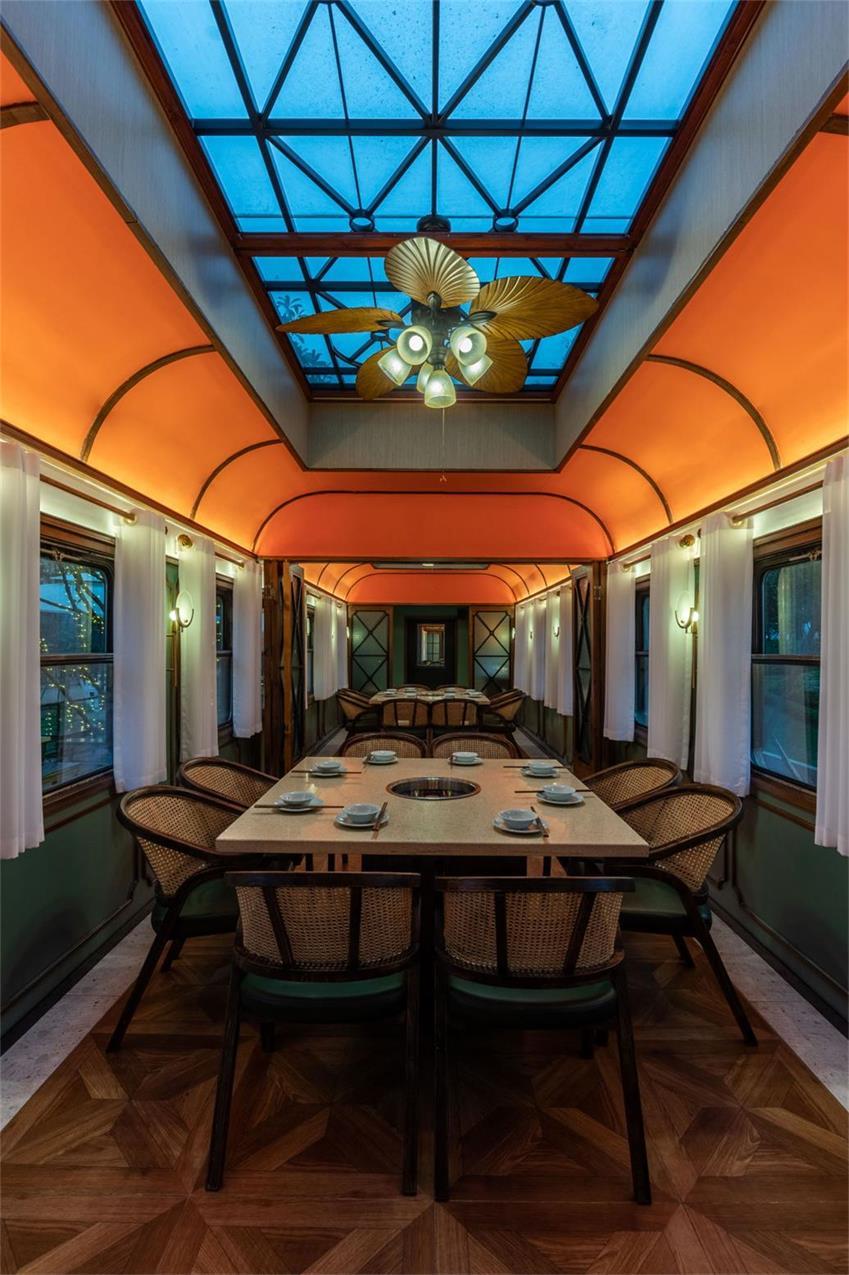 火锅店不同车厢用餐区的设计