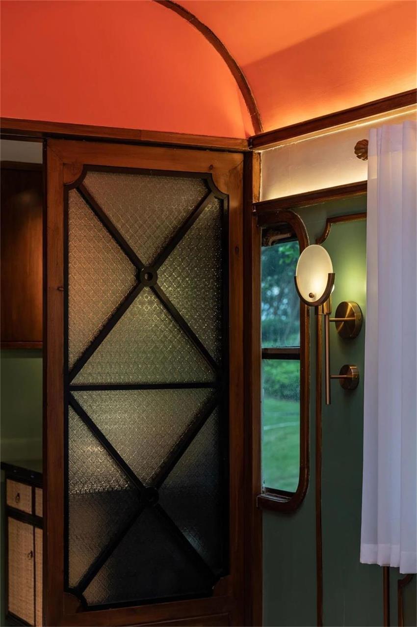 火锅店用餐区隔断和壁灯设计