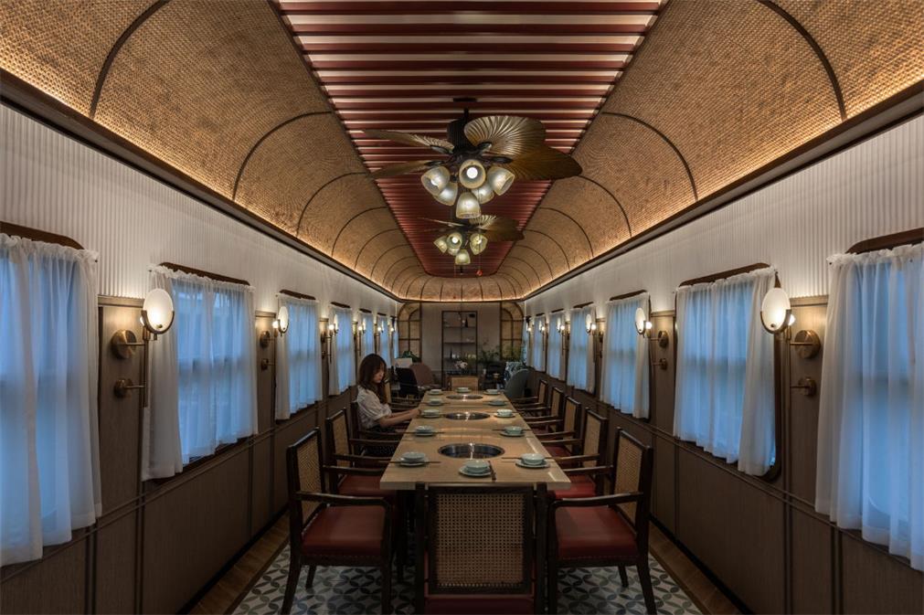 火锅店多人长桌用餐区的设计