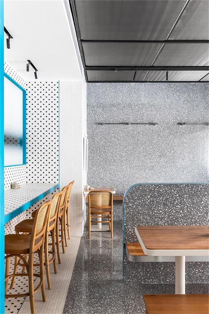 米粉店色块区分高桌用餐区和主要用餐区设计