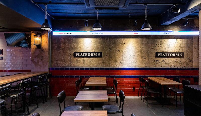 啤酒吧水泥墙和红色瓷砖搭配设计
