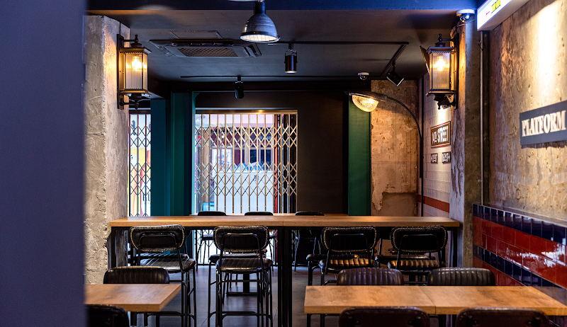 啤酒吧内看向入户门的场景