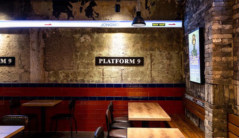 啤酒吧斑驳的水泥墙设计
