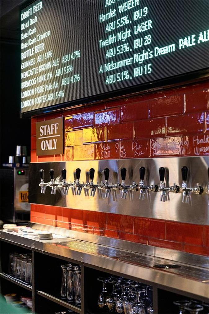 啤酒吧整洁的杯子柜和LED显示屏设计