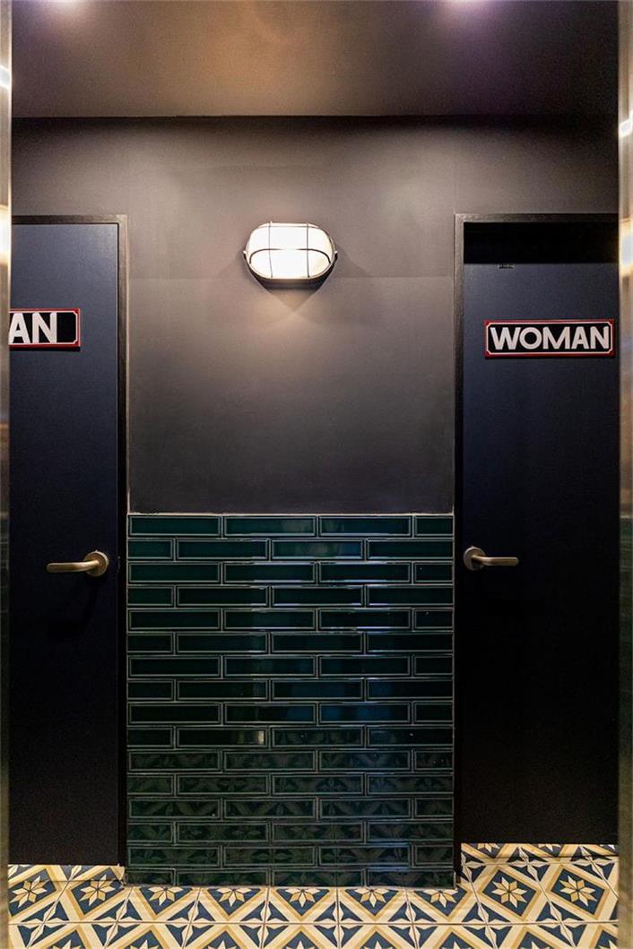 啤酒吧进入卫生间墙面设计