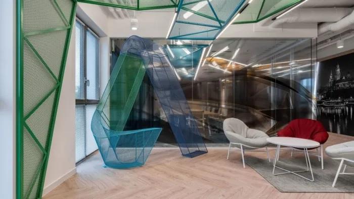 办公室用多彩的金属网组成的logo设计