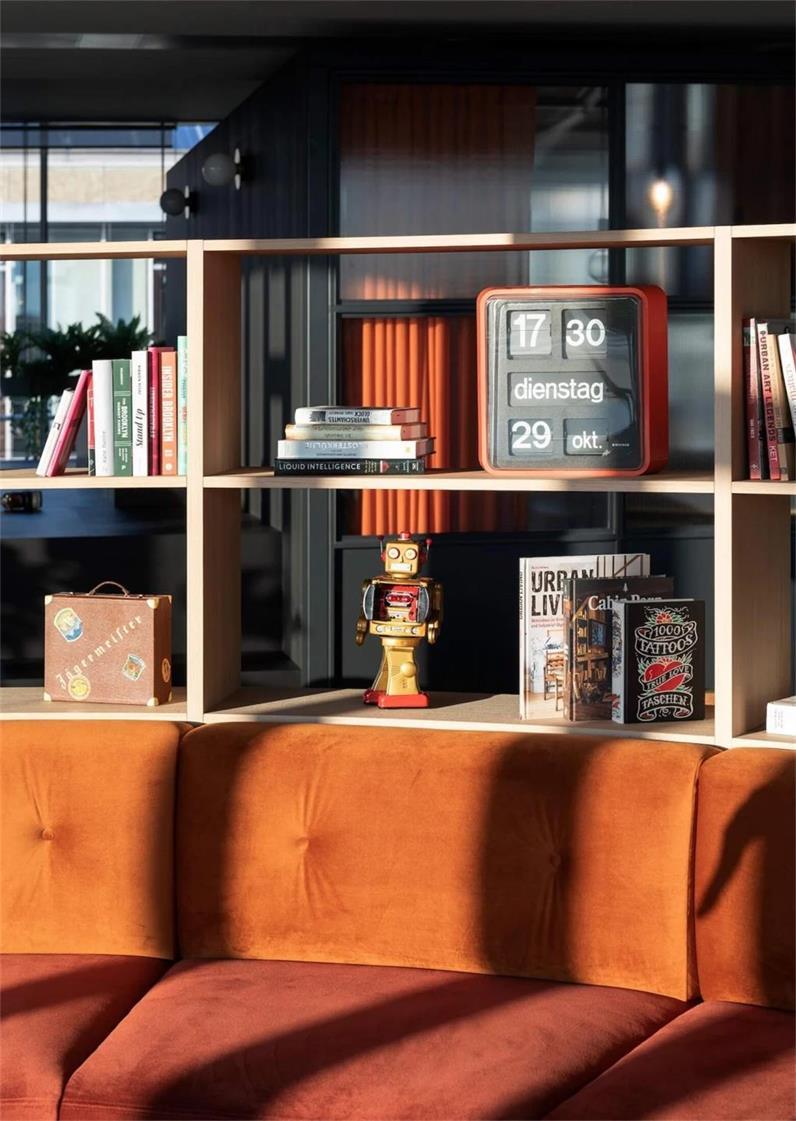办公室弧形休息区背景书架设计