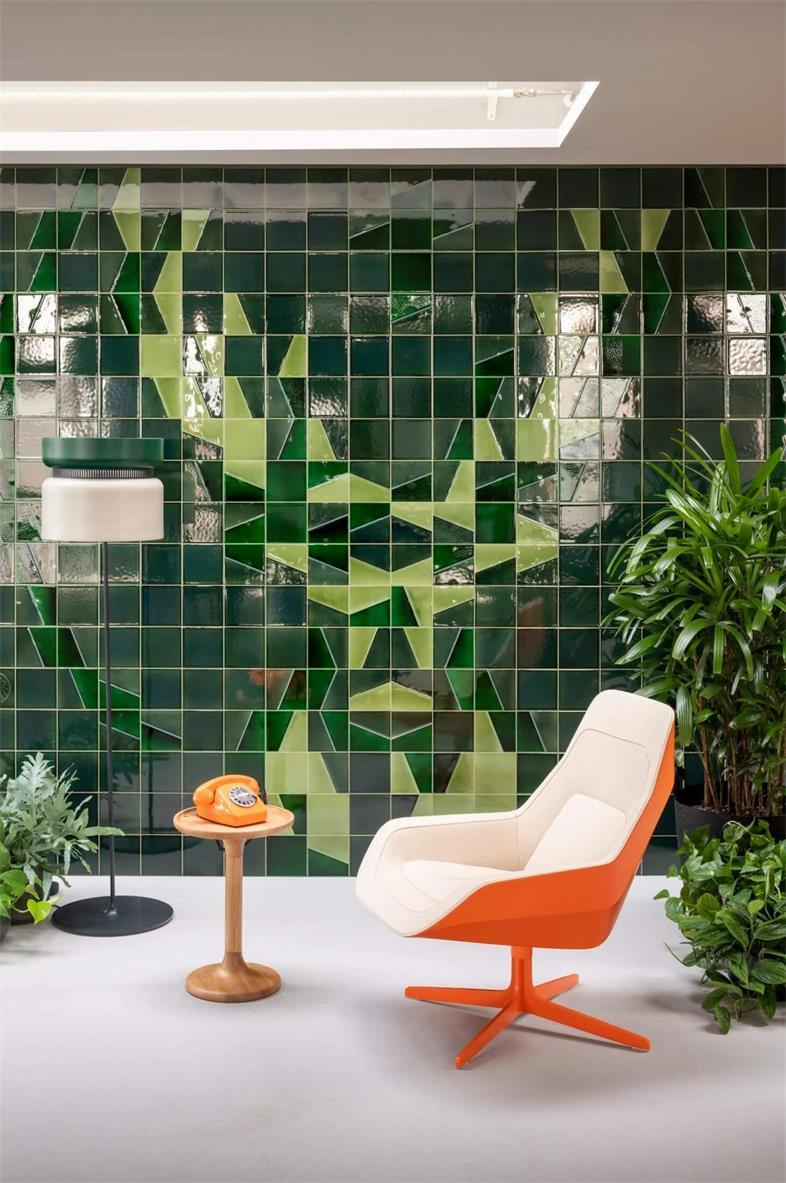 办公室墙面不同深浅的绿色瓷砖设计