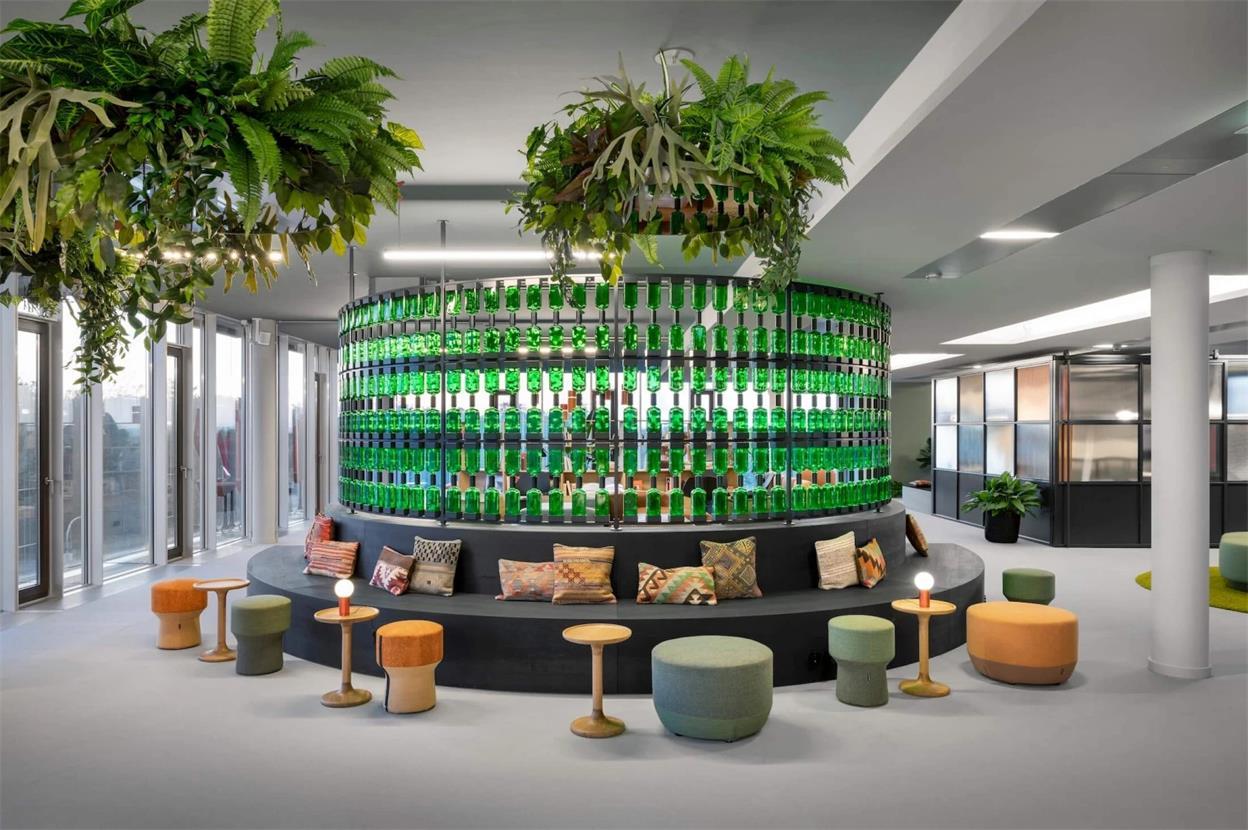 办公室酒瓶玻璃隔断及弧形卡座区设计