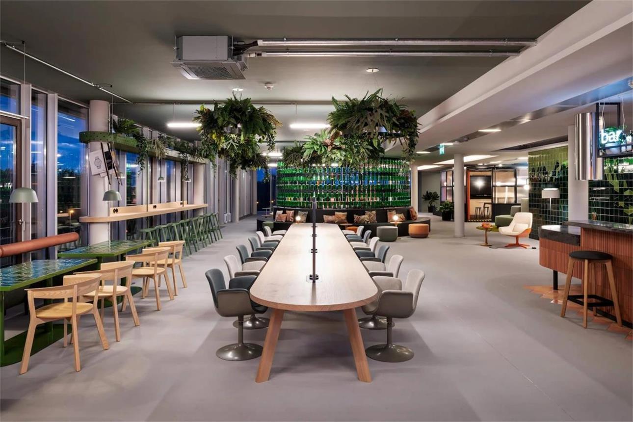 办公室内分散的各种形式的休闲办公桌设计