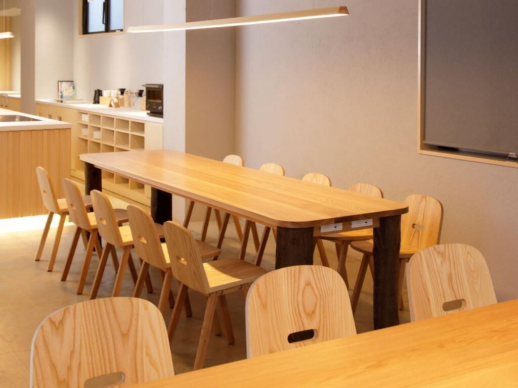 胶囊旅馆公共休闲区长桌设计