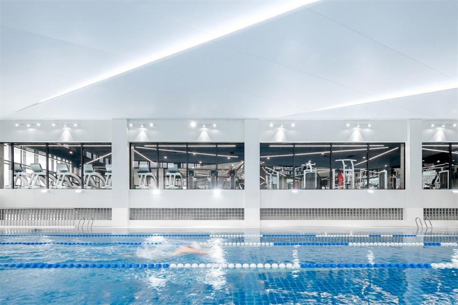 健身中心游泳馆和健身区的玻璃隔断设计