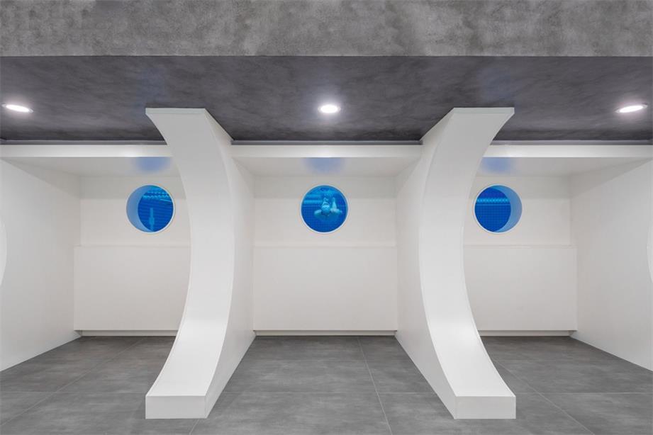 健身中心休息区望向游泳池的孔洞设计