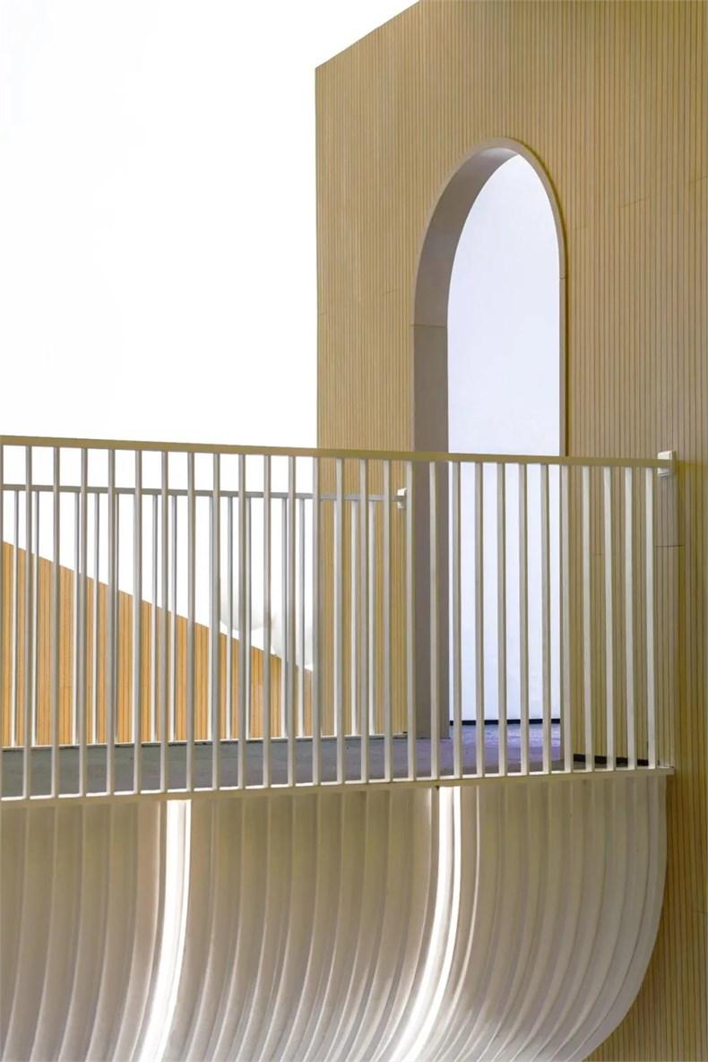 幼儿园连廊连接的拱门设计