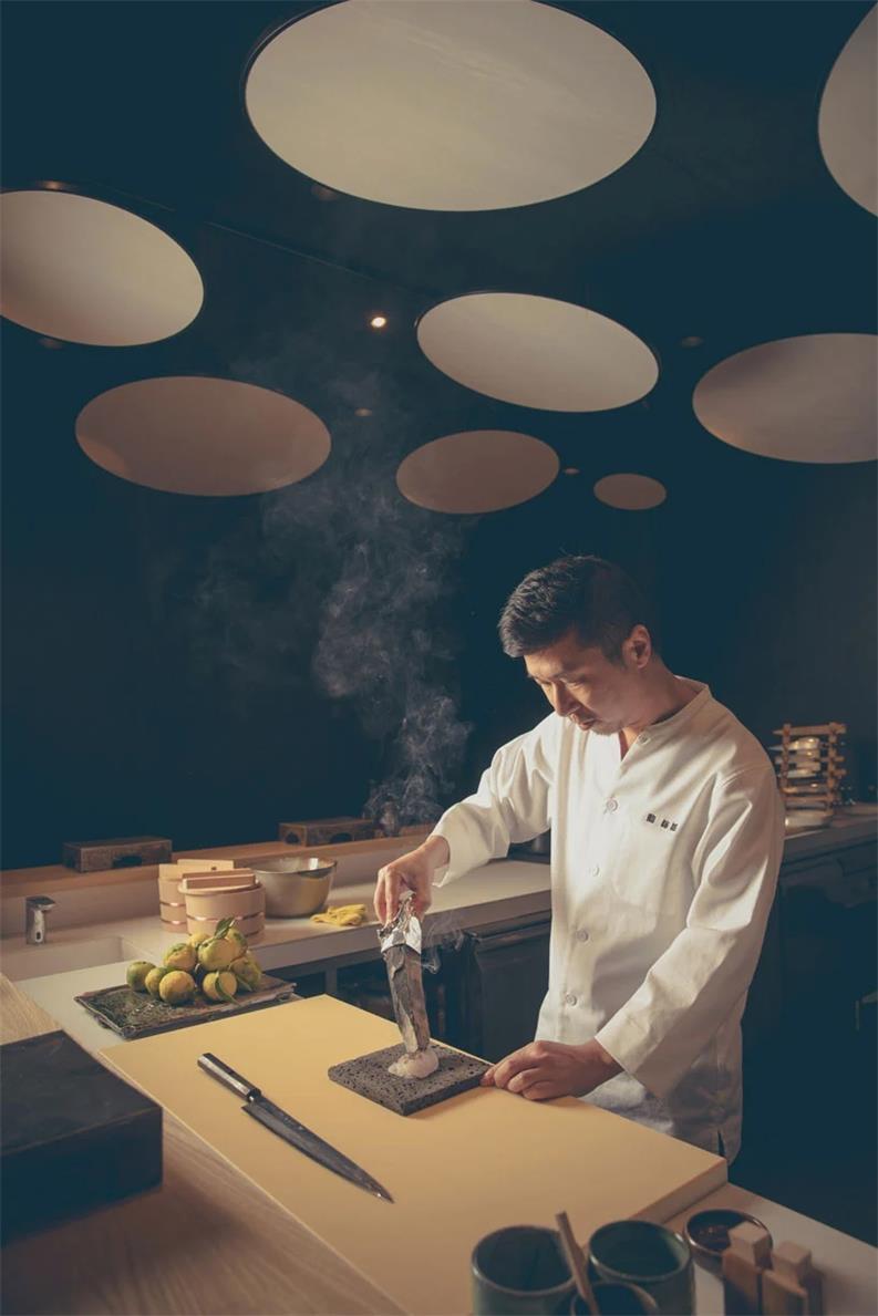 寿司店正在操作的大厨场景