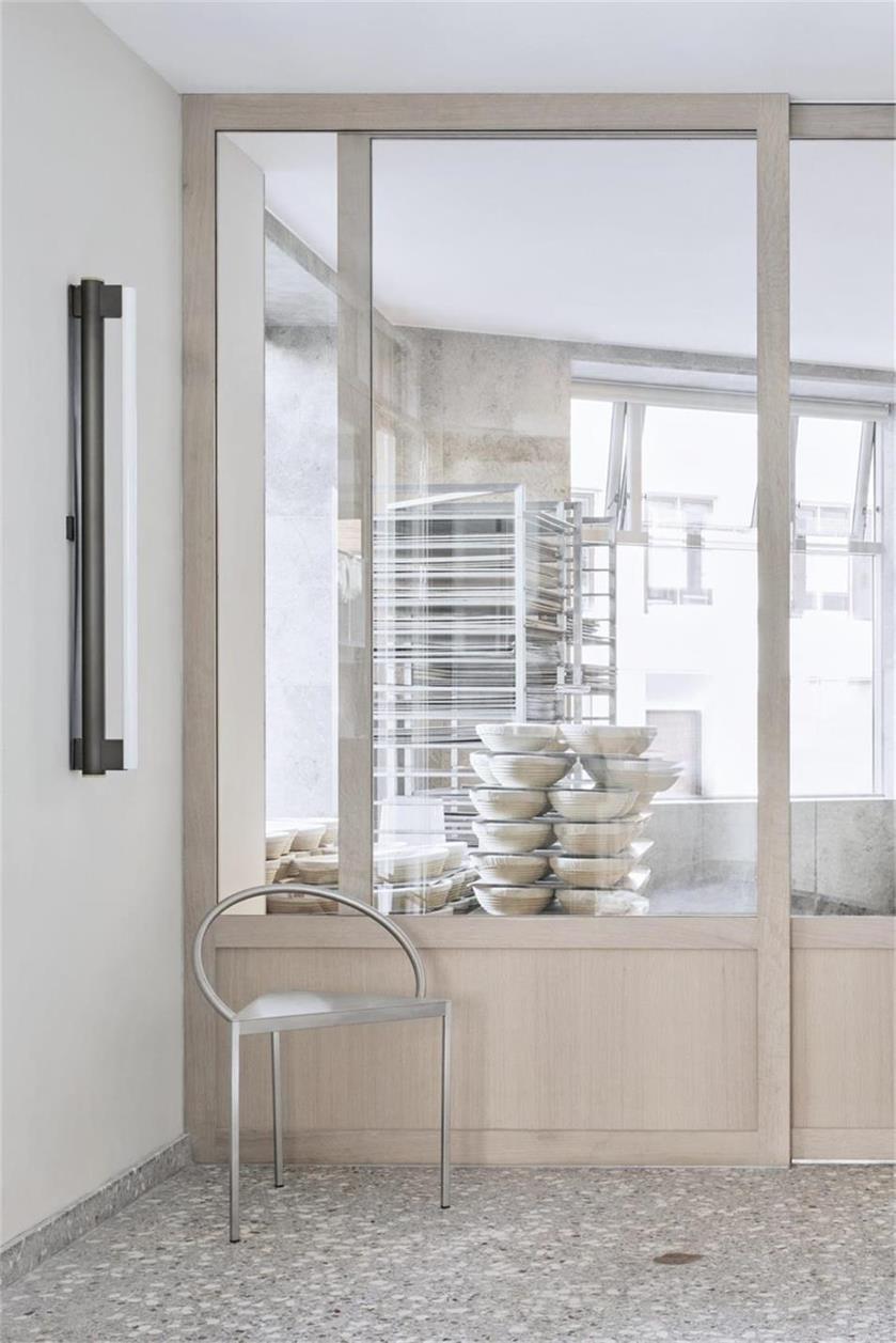 烘焙店玻璃隔断及推拉门设计