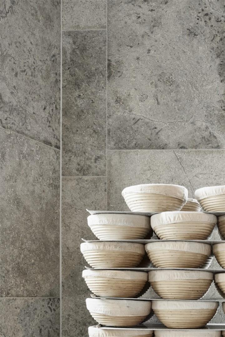 烘焙店石灰石墙面设计特写