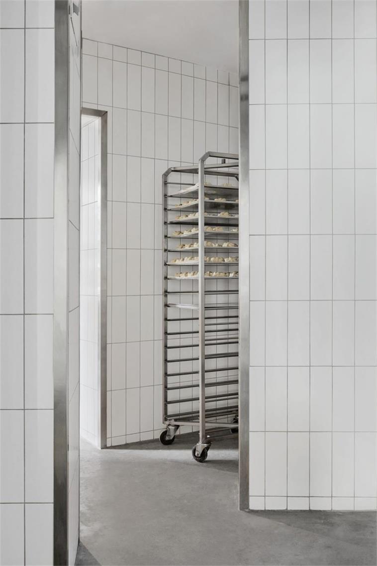 烘焙店工作间白色长条瓷砖设计