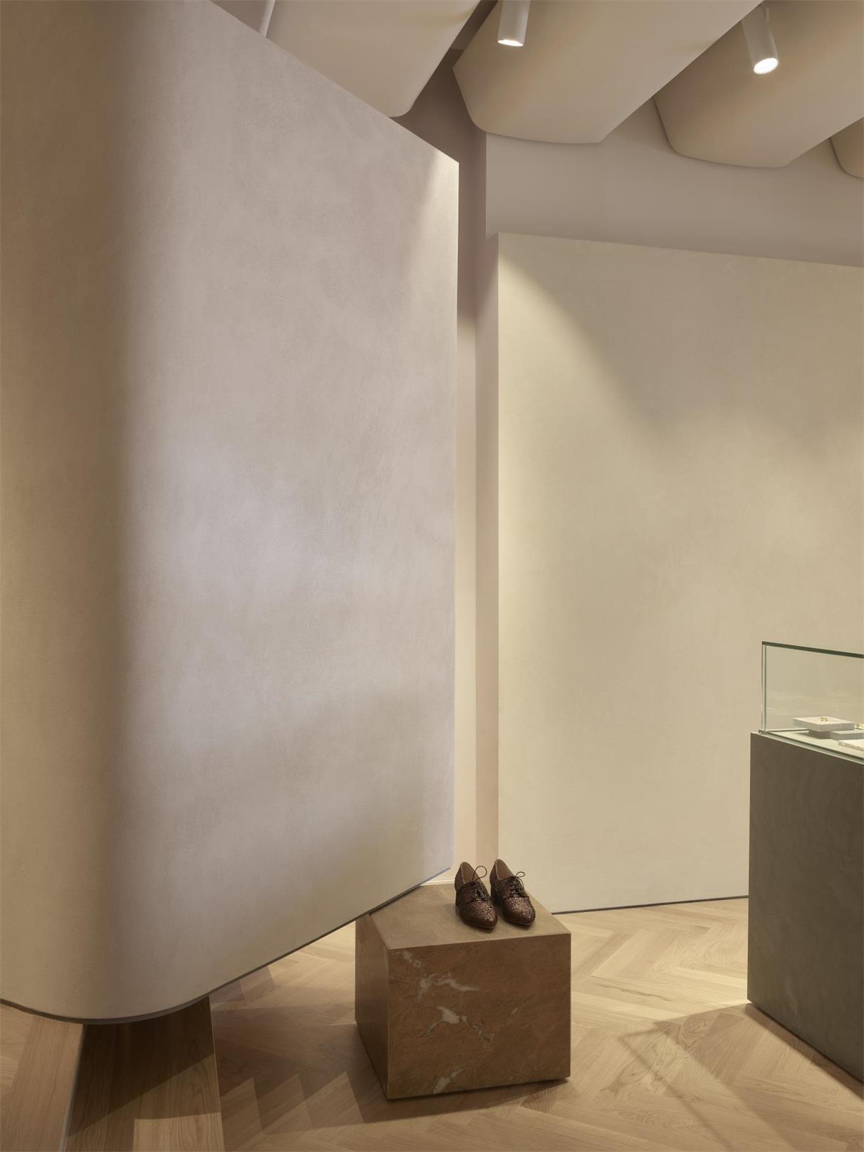 服装店弧形造型墙与展台结合的设计